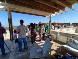 Voluntarios atentos a la llegada de un bando de espátula para su censo